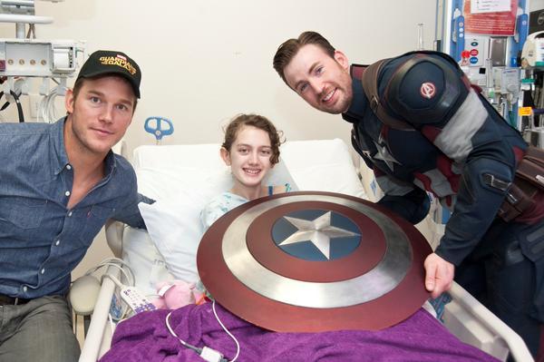 Крис Эванс и Крис Прэтт навестили больных детей в госпитале Сиэтла . - Изображение 2