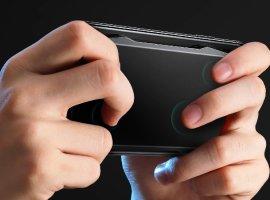 Геймпад Muja Smart Touchpad крепится к задней крышке смартфона и оснащен сенсорными клавишами