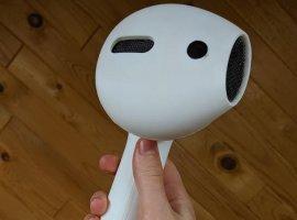 На3D-принтере напечатали здоровенный наушник AirPod. Онработает иего тяжело потерять
