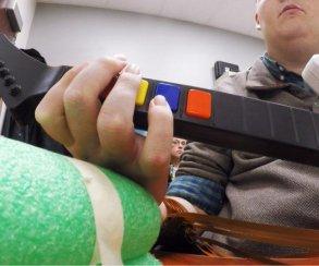 Имплантат позволил парализованному человеку сыграть в Guitar Hero