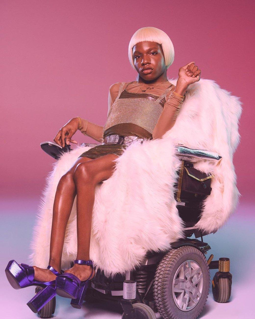 Bratz выпустил куклу первой темнокожей трансгендерной модели Аарон Филип в инвалидном кресле