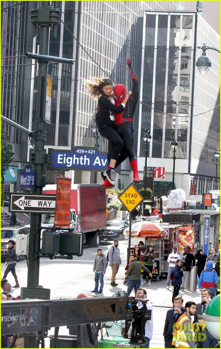 Том Холланд иЗендая летают поНью-Йорку нановых фото сосъемок «Человека-паука: Вдали отдома» | Канобу - Изображение 8905