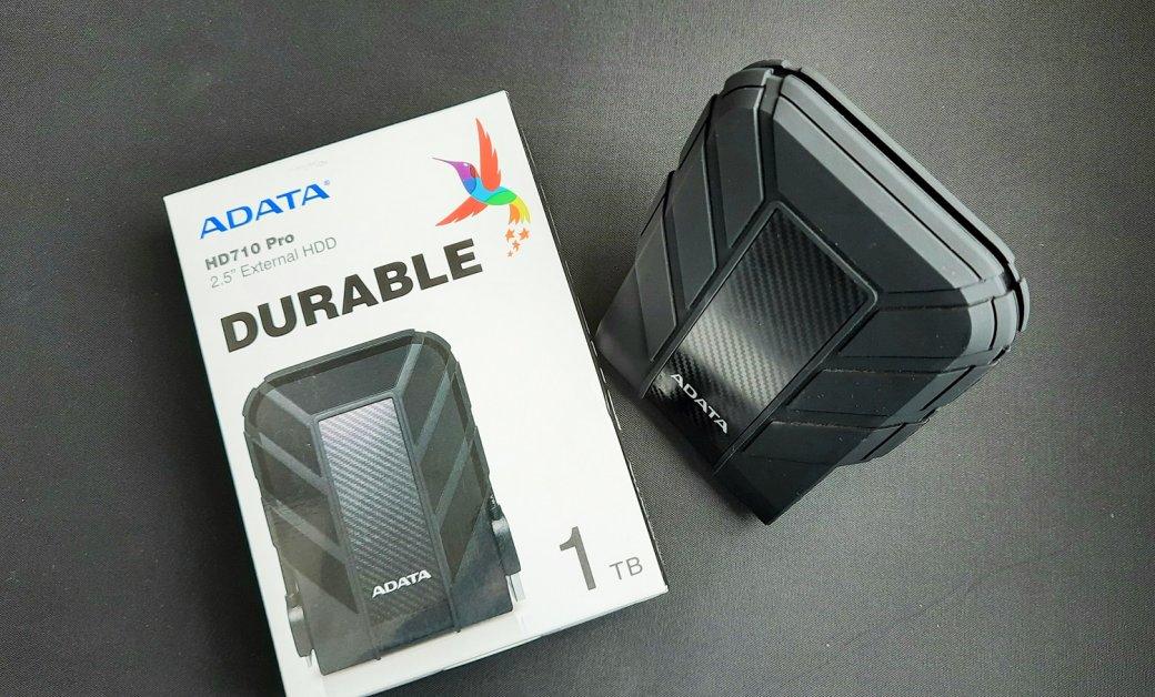 Наобзор в«Канобу» попал внешний жесткий диск Adata HD710 Pro синтерфейсом подключения USB 3.2 Gen1. Умодели яркий стильный дизайн, она небоится воды иударов. Мыпротестировали накопитель иготовы поделиться впечатлениями.