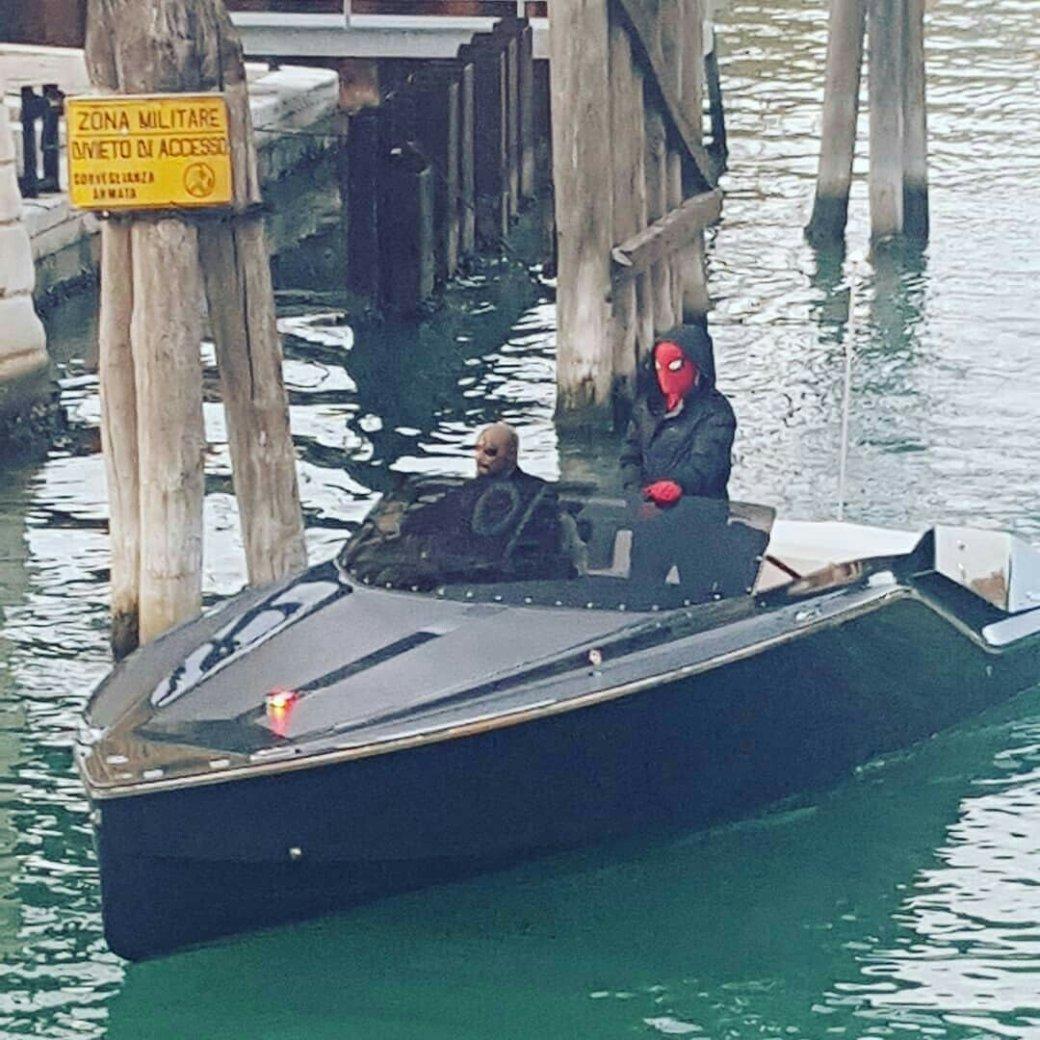 Человек-паук и Ник Фьюри вместе плывут по каналам Венеции — свежие кадры со съемок «Вдали от дома» | Канобу - Изображение 3620
