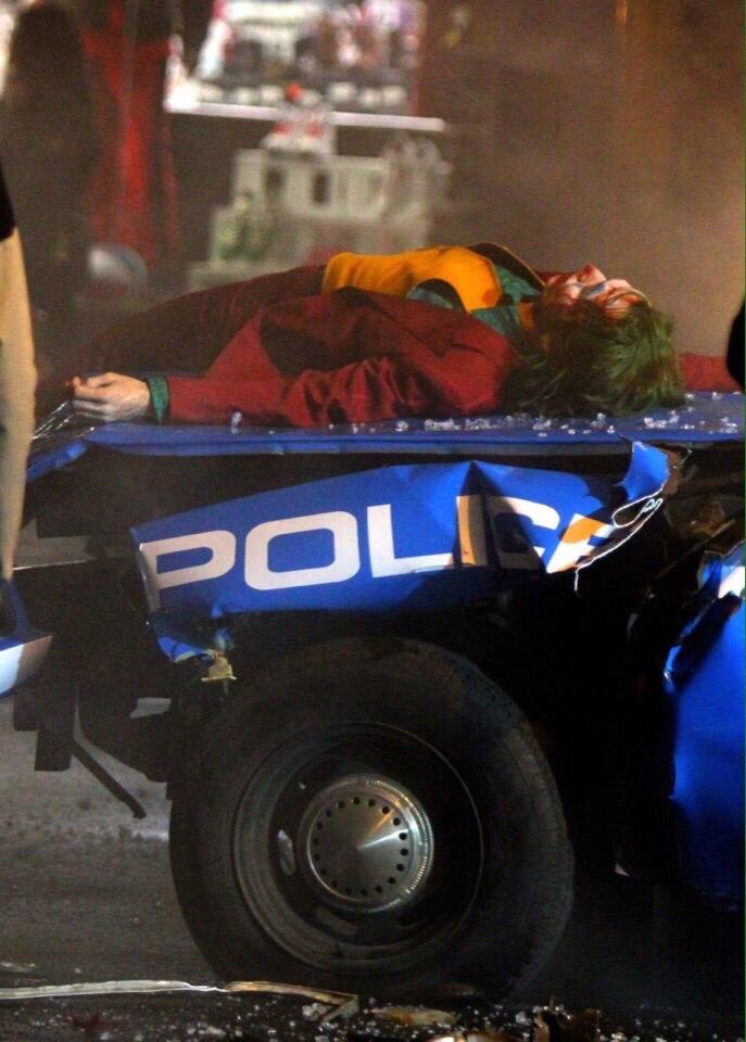 Полицейские сбили Хоакина Феникса на свежих кадрах со съемок «Джокера»   Канобу - Изображение 8570